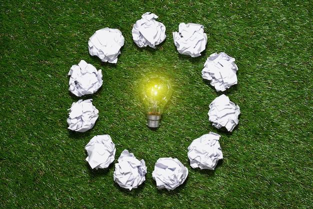 Lâmpada em fundo verde natural, conceito de energia verde
