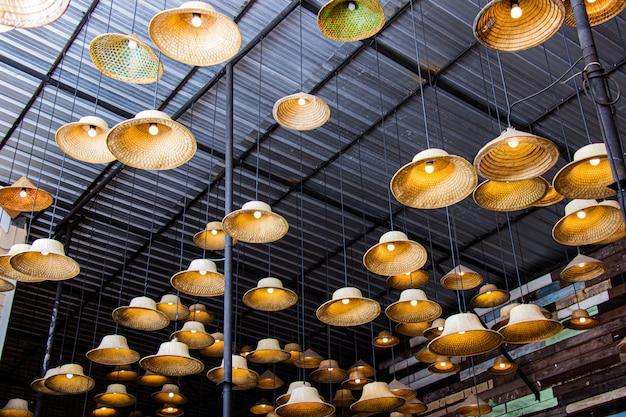 Lâmpada fabricada de um chapéu feito do bambu local dos materiais dentro do restaurante no mercado de flutuação de amphawa.