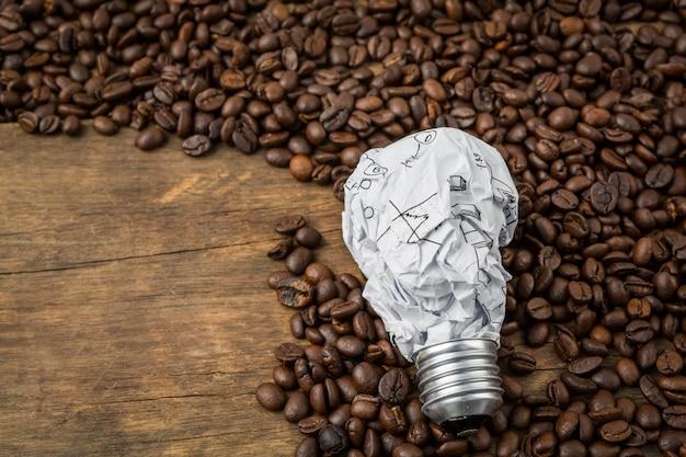 Lâmpada feita de folha de alumínio sobre os grãos de café