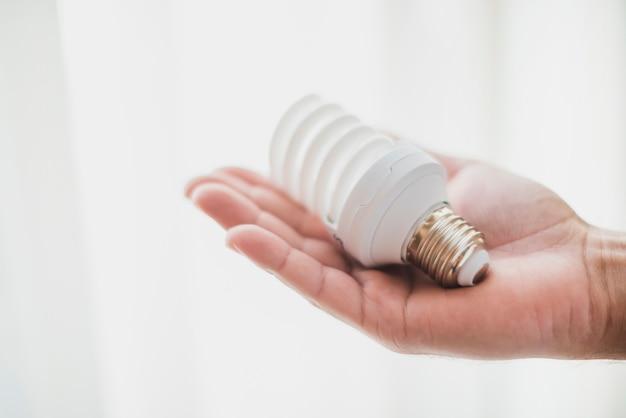 Lâmpada fluorescente compacta na mão