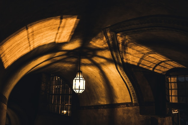 Lâmpada ilumina o corredor misterioso na antiga masmorra do castelo