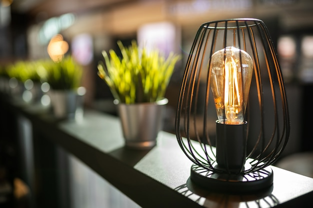 Lâmpada incandescente em um interior elegante com luz solar.