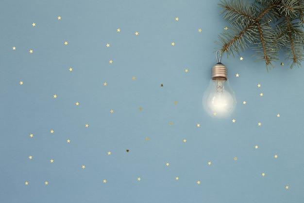 Lâmpada incandescente na árvore de natal