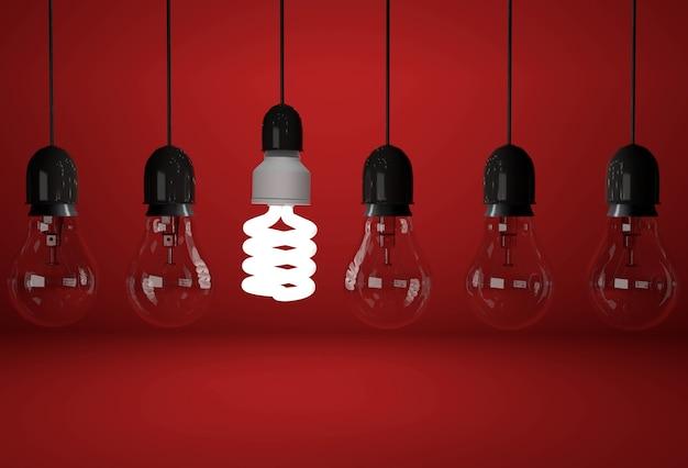 Lâmpada incandescente velha e uma lâmpada economizadora de energia em fundo vermelho