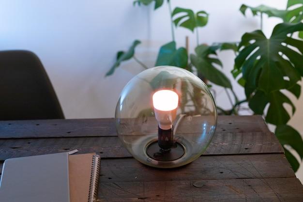 Lâmpada inteligente no arranjo da mesa