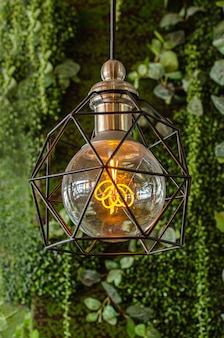 Lâmpada lâmpada amarela em fundo verde vintage