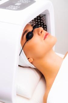 Lâmpada led em cosmetologia, fototerapia. fototerapia ou foto tratamento led da pele.