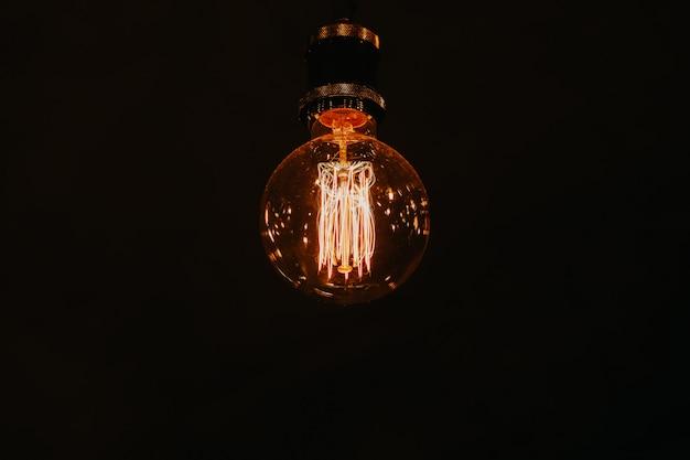 Lâmpada moderna bonita com luz quente amarela