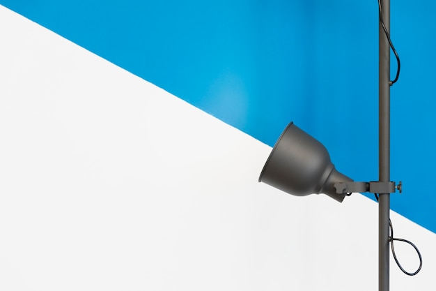 Lâmpada na frente de uma parede