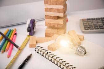 Lâmpada na mesa. conceito de projeto de construção de plano de brainstorming.