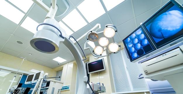 Lâmpada na sala de cirurgia do hospital