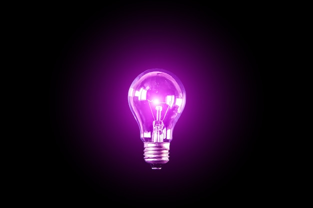 Lâmpada no fundo preto. novo conceito de ideia.