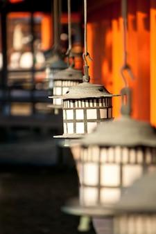 Lâmpada no santuário de itsukushima, miyajima, japão