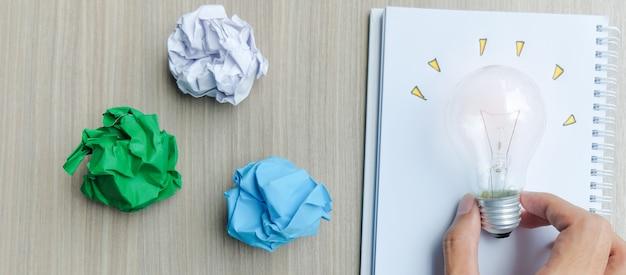Lâmpada ou lâmpada com papel amassado colorido
