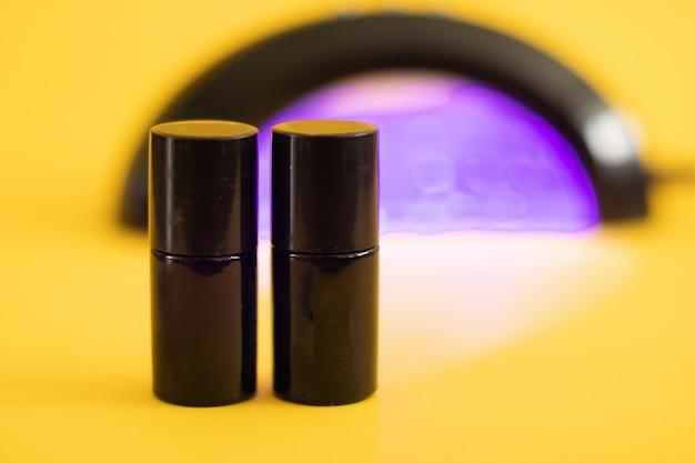 Lâmpada para unhas, esmaltes em gel de cor. um conjunto de ferramentas cosméticas para manicure e pedicure.