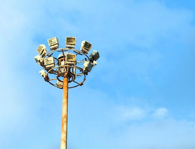 Lâmpada post iluminação de estrada de electricidade com nuvens brancas e céu azul