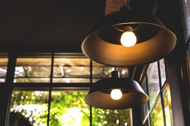 Lâmpada preta pendurada em uma cafeteria.