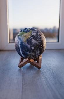 Lâmpada redonda em forma de planeta em um pedestal. astrologia