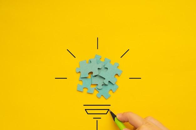 Lâmpada sobre fundo amarelo na imagem conceitual de visão e ideia