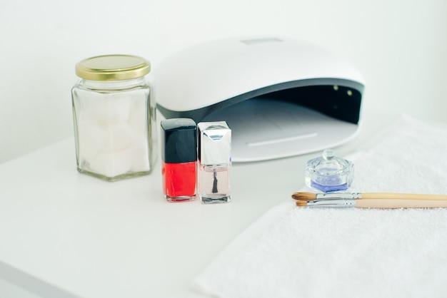 Lâmpada ultravioleta. conjunto especialista em manicure. pequeno negócio de manicure e arte de unhas.