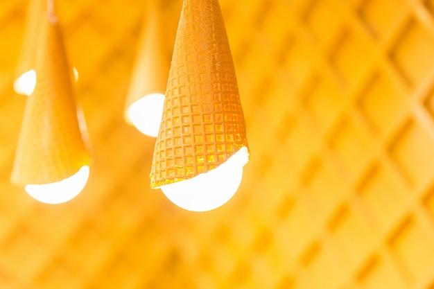 Lâmpadas amarelas projetadas no fundo de madeira. luzes brancas no quarto