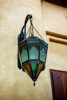 Lâmpadas árabes tradicionais na parede