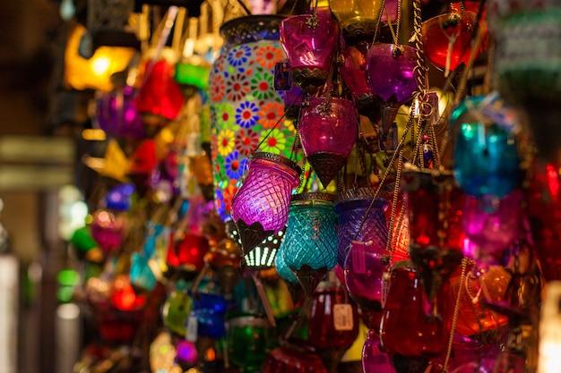 Lâmpadas arábicas multicoloridas no mercado oriental