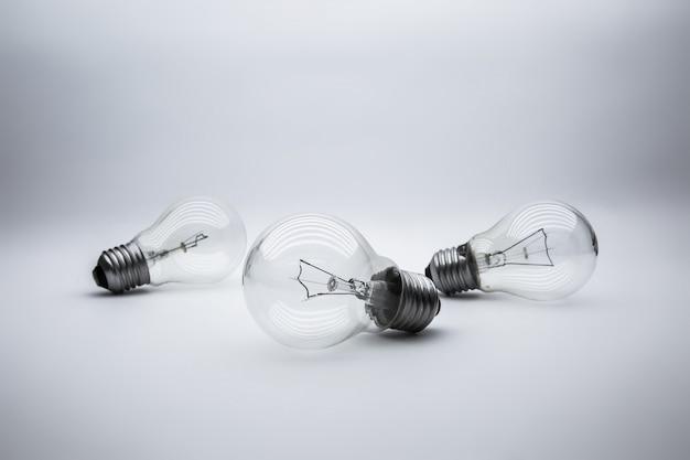 Lâmpadas com concetp de luz brilhante para criatividade, conhecimento e liderança organizacional.