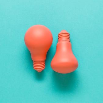 Lâmpadas cor de rosa na superfície colorida