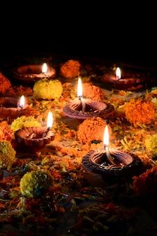 Lâmpadas de argila diya acesas durante a celebração do diwali. design de cartão de saudações indiano hindu light festival chamado diwali