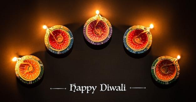 Lâmpadas de clay diya acesas durante dipavali, o festival hindu de celebração das luzes
