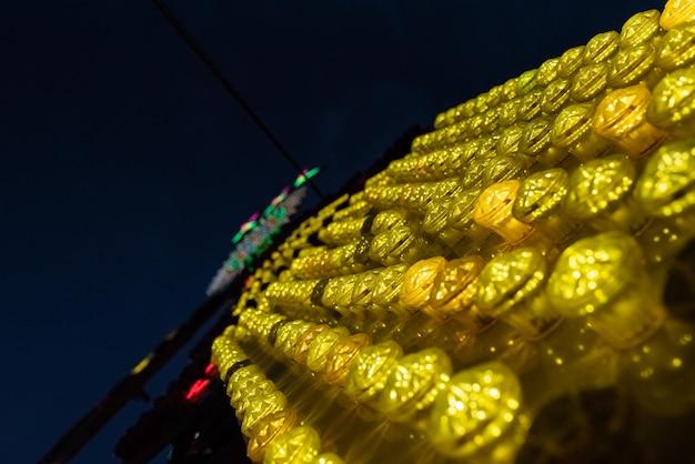 Lâmpadas de cores e formas em uma atração justa.
