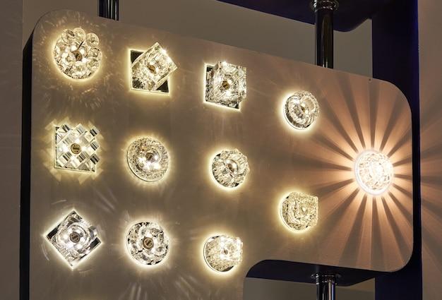 Lâmpadas de diferentes tamanhos e formas. um estande para exibir lâmpadas de led.