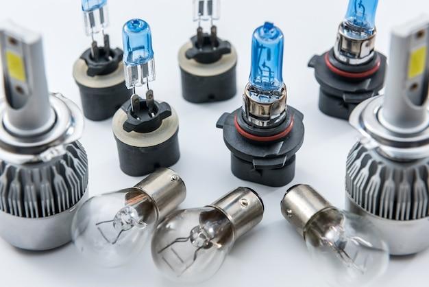 Lâmpadas de diodo e halogênio isoladas no branco. lâmpada elétrica de vidro para farol automotivo