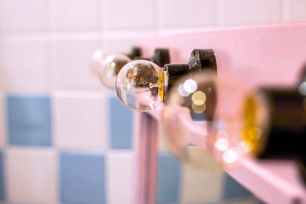 Lâmpadas de espelho de maquiagem no camarim do ator.