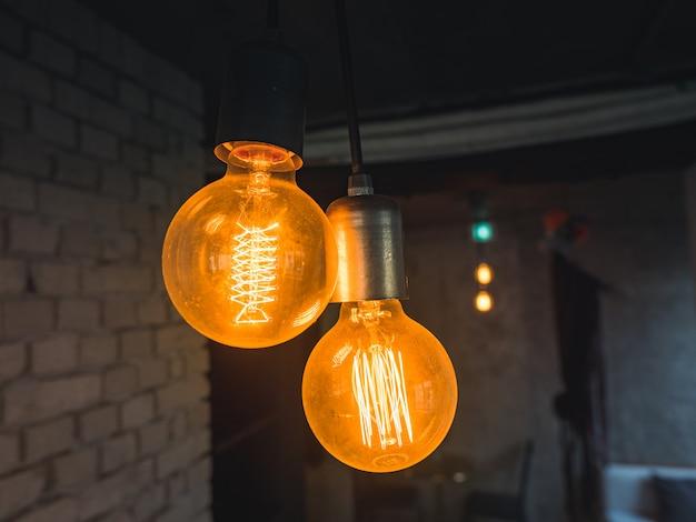 Lâmpadas de estilo antigo, lâmpada vintage na parede de tijolo