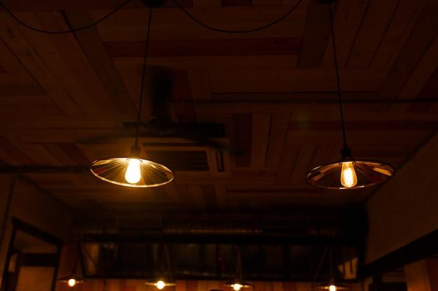Lâmpadas de iluminação elegantes sobre um balcão de bar em um bar de narguilé