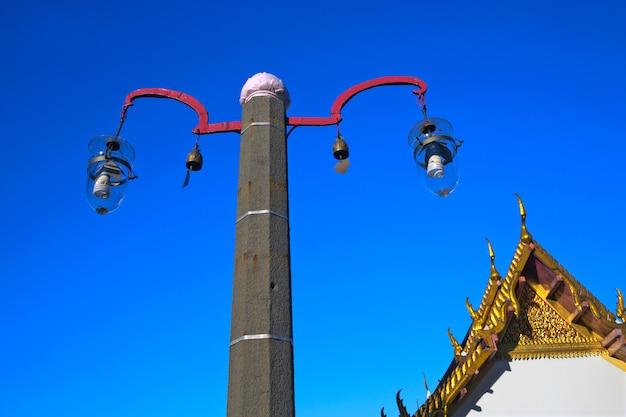 Lâmpadas de iluminação no templo.