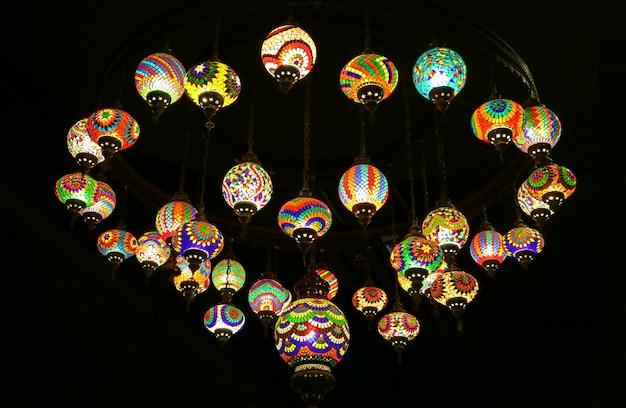 Lâmpadas de mosaico de suspensão colorido estilo turco no quarto escuro