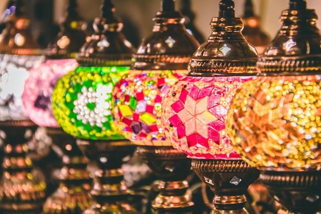 Lâmpadas de mosaico marroquino ou turco e lanternas