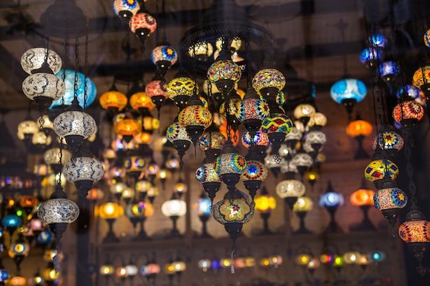 Lâmpadas de mosaico turco colorido luz tradicional oriental.