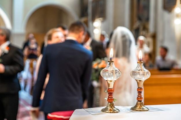 Lâmpadas de óleo em uma cerimônia de casamento na igreja. Foto Premium