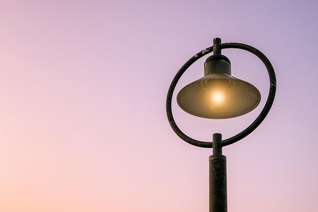 Lâmpadas de rua e luz de fundo da manhã