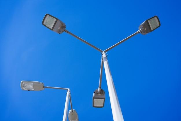 Lâmpadas de rua em um poste contra um céu azul
