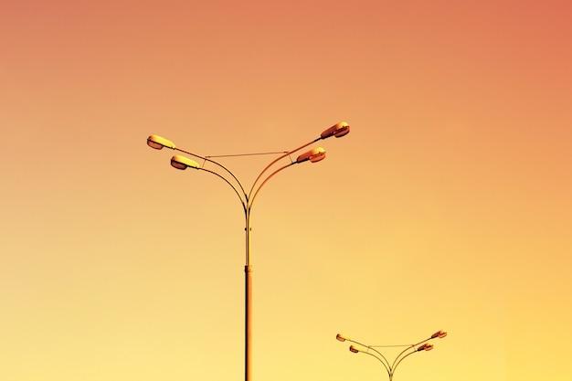 Lâmpadas de rua no céu do sol