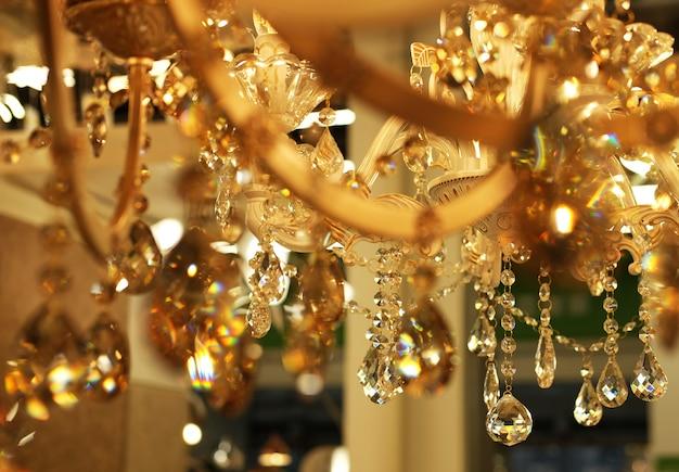 Lâmpadas de teto, lustres na loja, compras