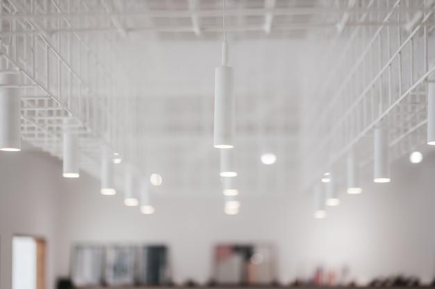 Lâmpadas decorativas modernas em um quarto branco