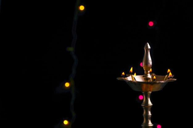 Lâmpadas diya de argila coloridas acesas durante a celebração do diwali