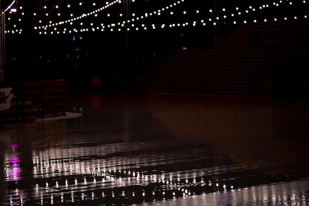 Lâmpadas douradas na noite escura. luzes da cidade. bokeh suave