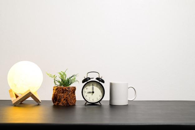 Lâmpadas e relógios estão em sua mesa.